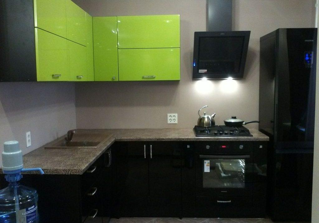 Угловая черно-зеленая кухня глянец
