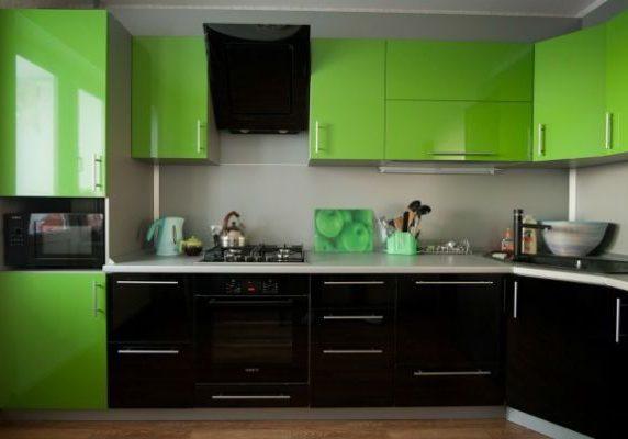 Угловая черно зеленая кухня глянец