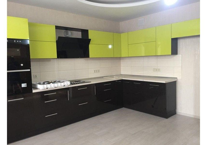 Угловая черно-зеленая кухня