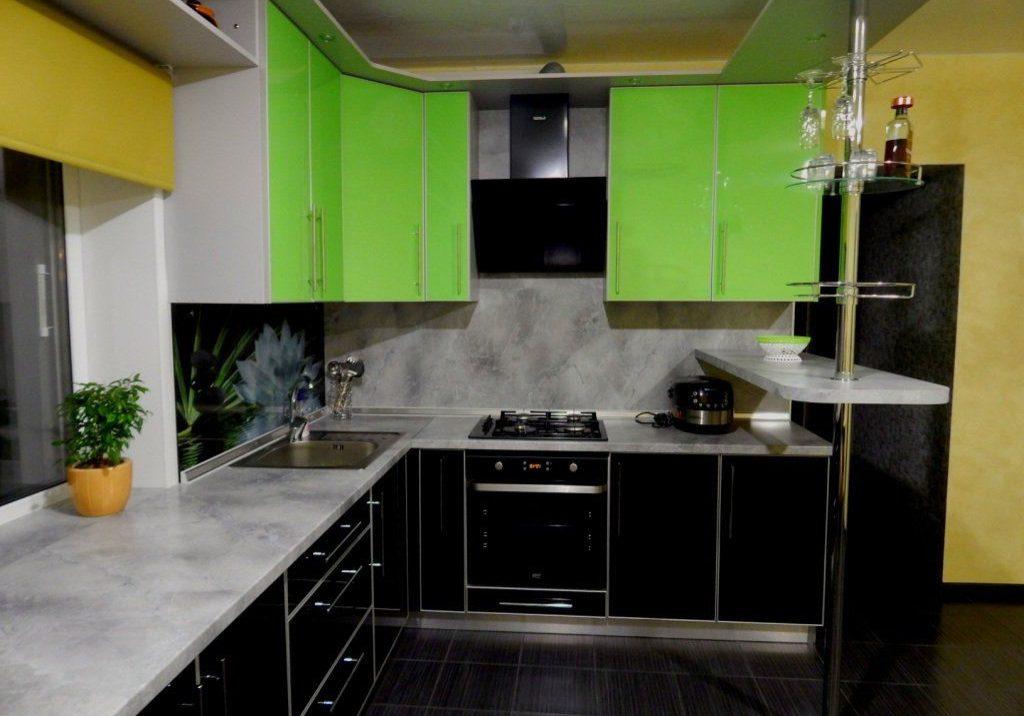 Угловая черно зеленая кухня с барной стойкой под окно