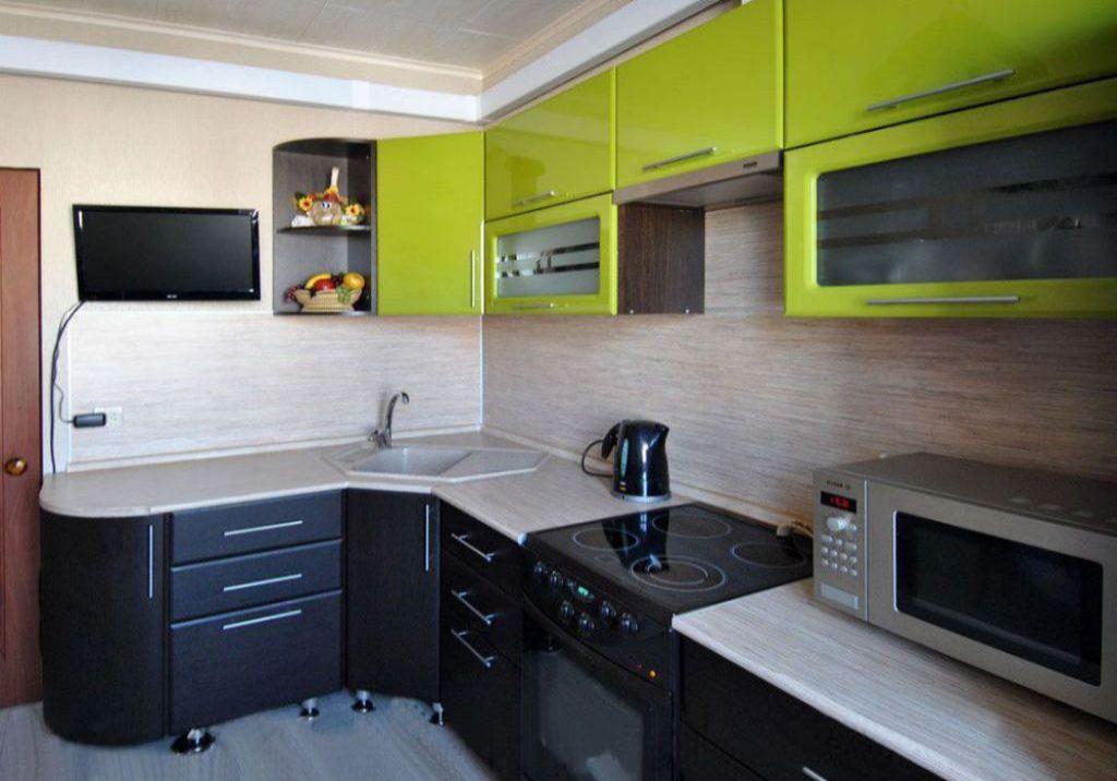 Угловая черно-зеленая кухня с белой столешницей