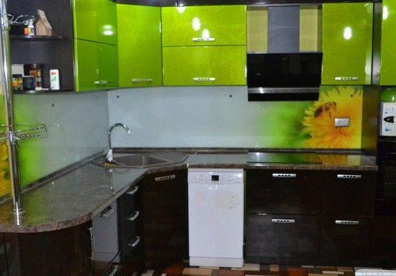 угловая черно-зеленая кухня с фасадами эмаль