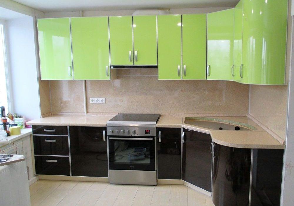 Угловая черно-зеленая кухня с фасадами пластик