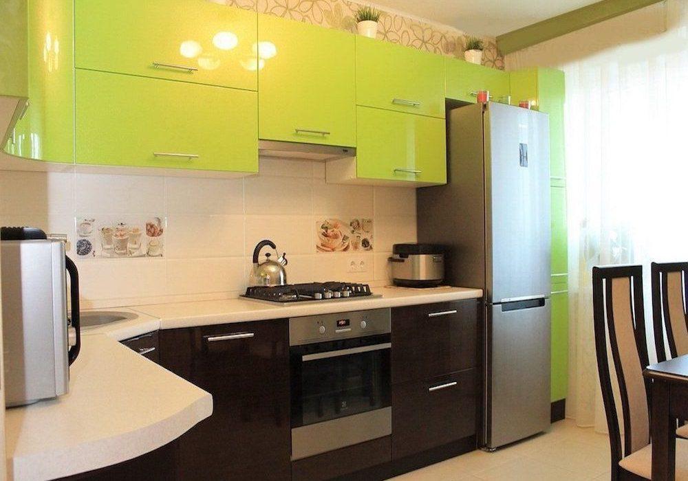 Угловая черно-зеленая кухня с фасадами пленка
