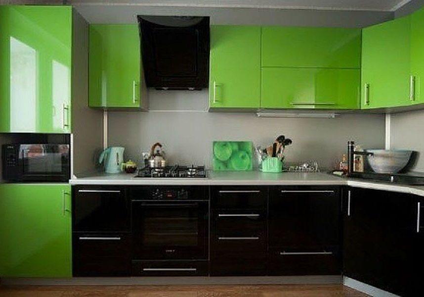 Угловая черно-зеленая кухня с крашенными фасадами