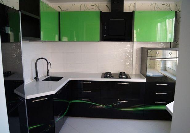 Угловая черно-зеленая кухня с рисунком