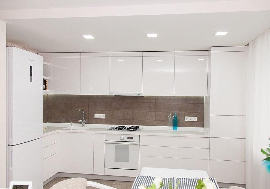 Угловая глянцевая белая кухня