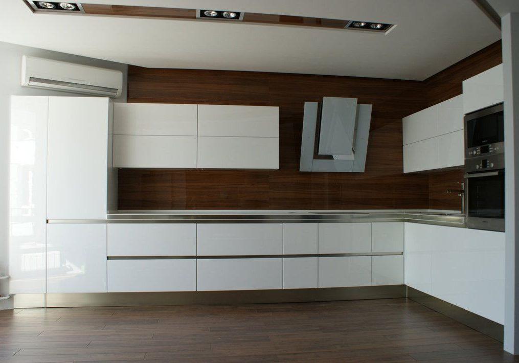 Угловая глянцевая белая кухня с деревом