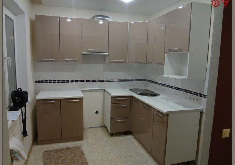 Угловая глянцевая бело-коричневая кухня МДФ эмаль, капучино