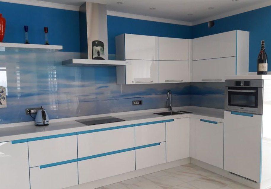 Угловая глянцевая бело-синяя кухня, модерн