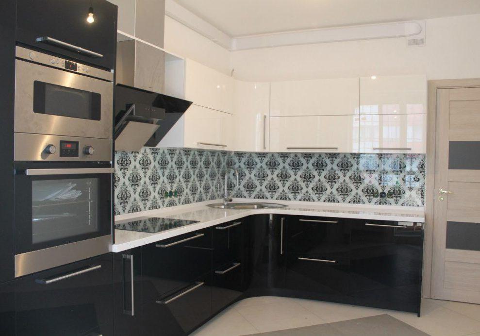 Угловая глянцевая черно-белая кухня