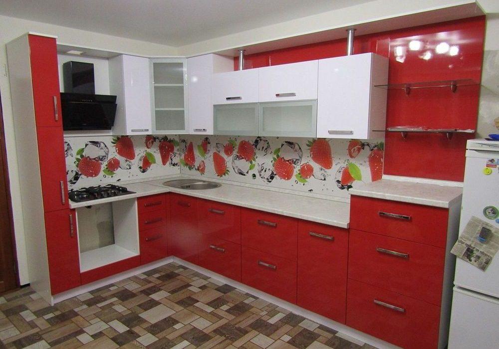 Угловая глянцевая красно-белая кухня