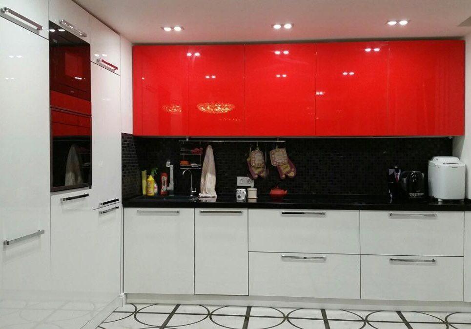 Угловая глянцевая красно-белая кухня МДФ
