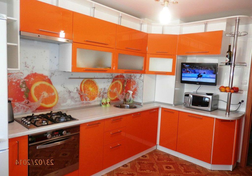 Угловая глянцевая кухня бело-оранжевая небольшая с барной стойкой
