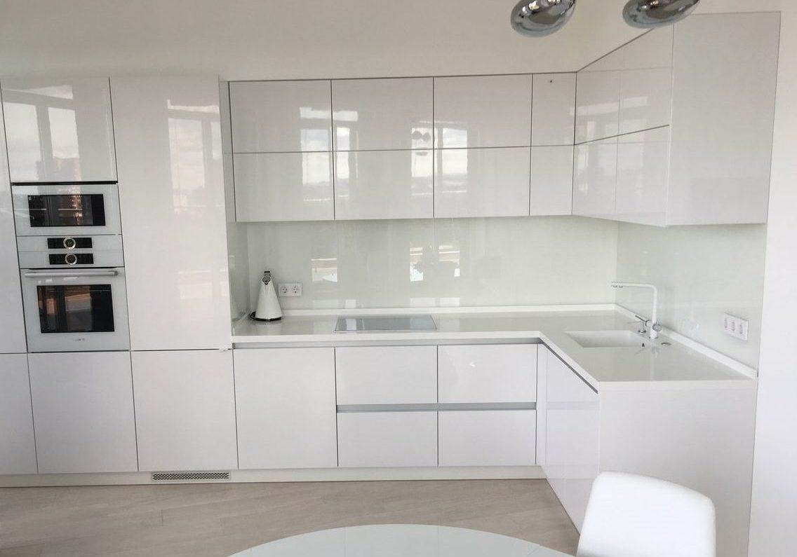 Угловая глянцевая кухня белого цвета, МДФ