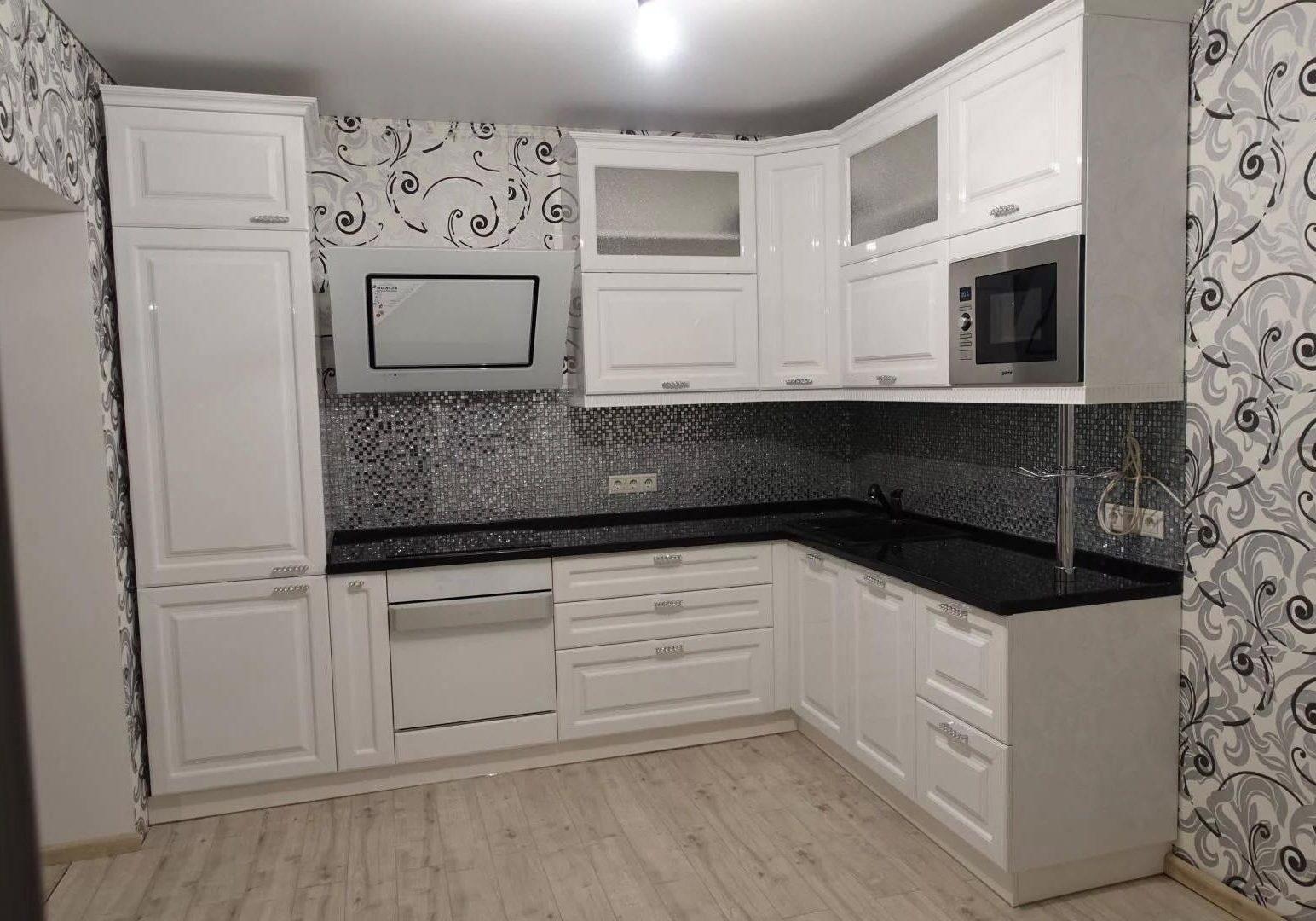 Угловая глянцевая кухня белого цвета МДФ