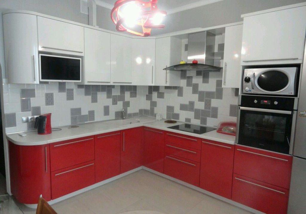 Угловая глянцевая кухня красно-белого цвета