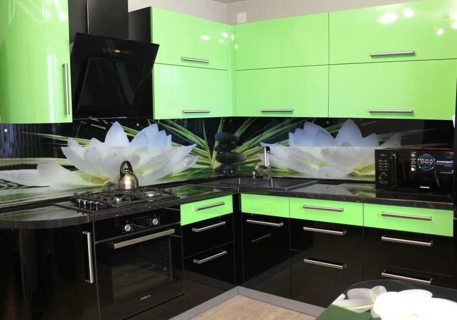 Угловая глянцевая кухня с черно-зелеными фасадами