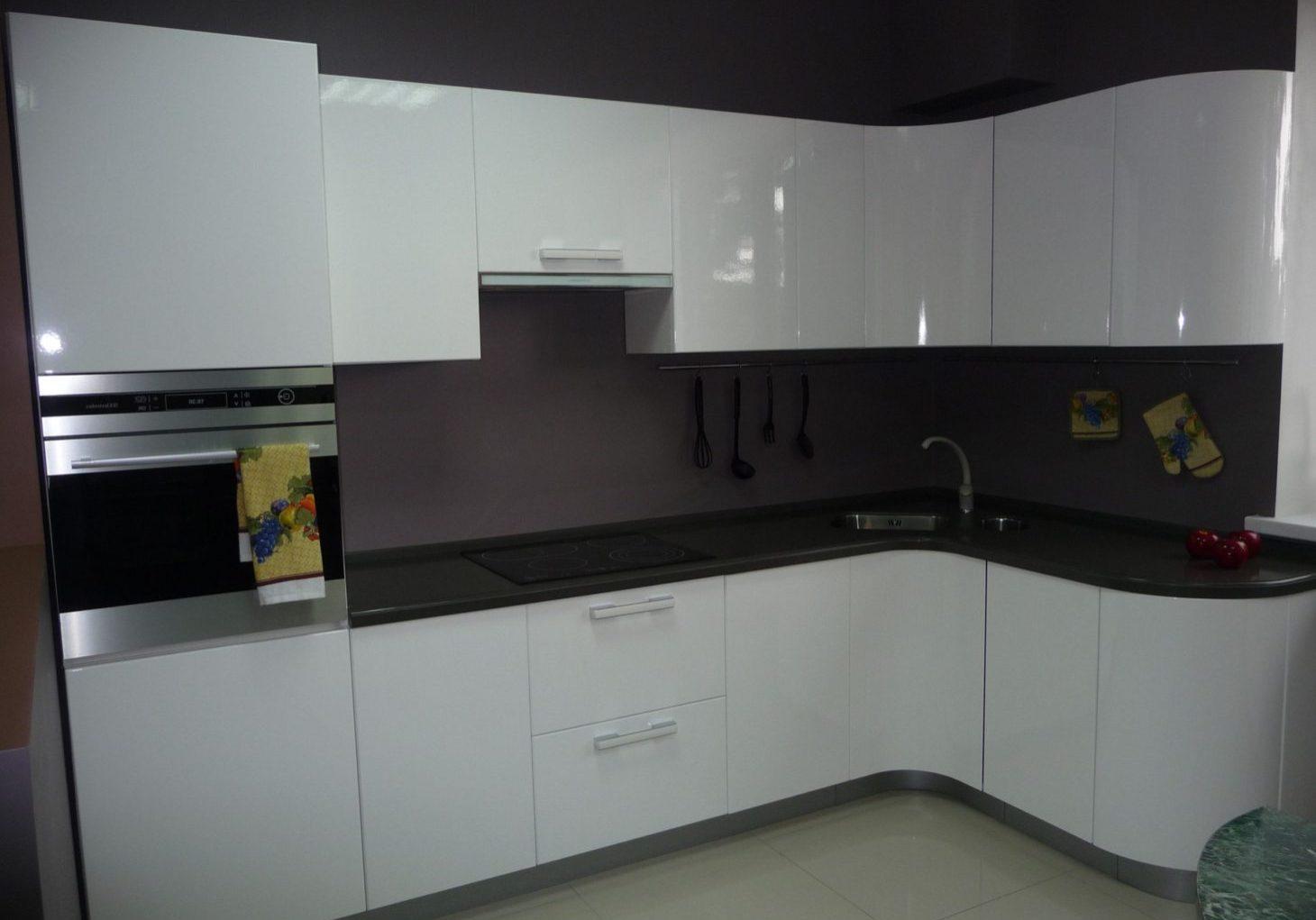Угловая глянцевая МДФ кухня белого цвета