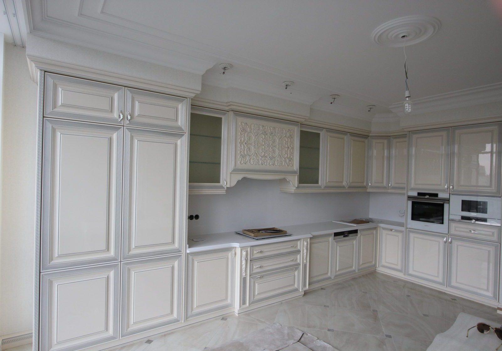 Угловая глянцевая серо-белая кухня классика, борокко, большая