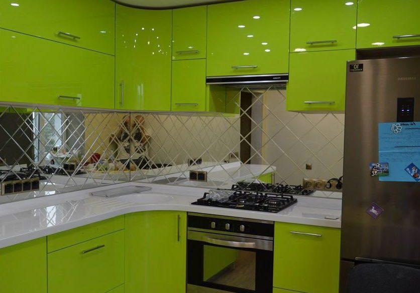 Угловая глянцевая, зеленая кухня с крашенными фасадами