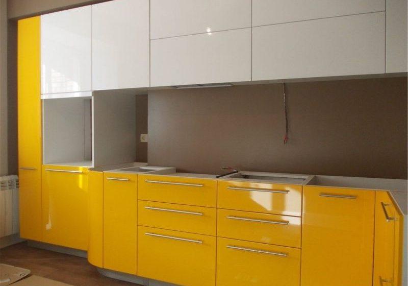 Угловая глянцевая желто-белая кухня