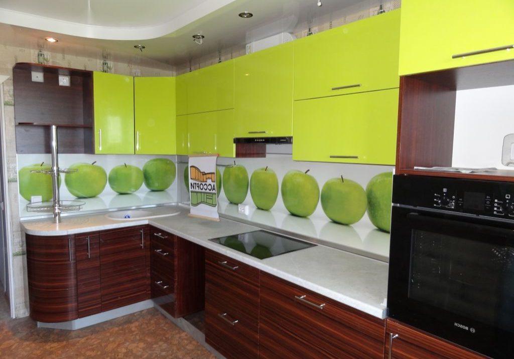 Угловая коричнево-зеленая кухня под дерево