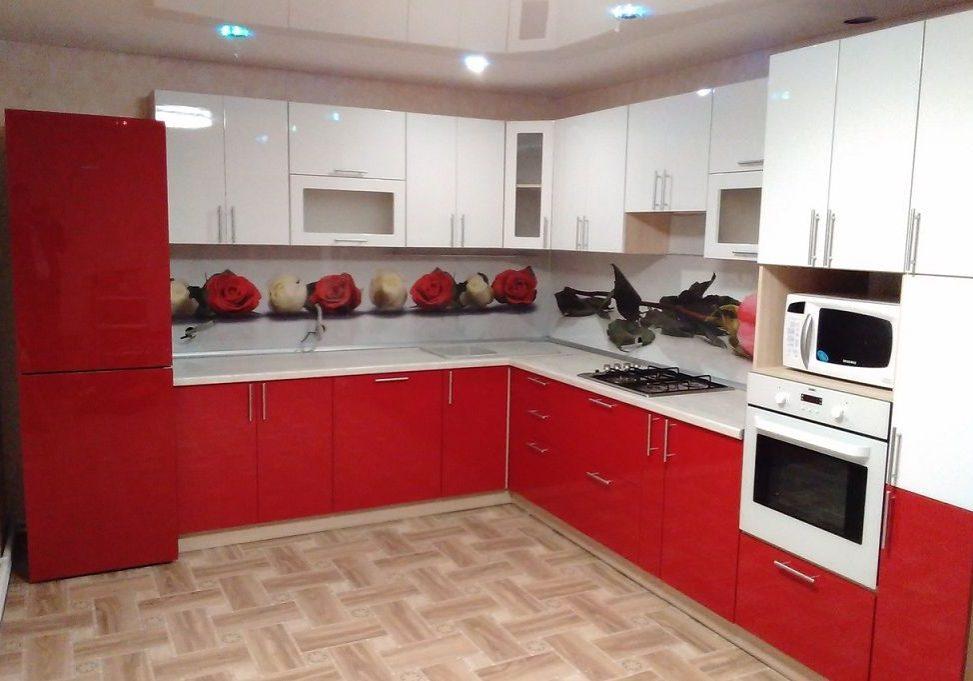 Угловая красно-белая кухня глянец
