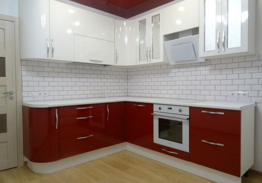 Угловая красно белая кухня глянец