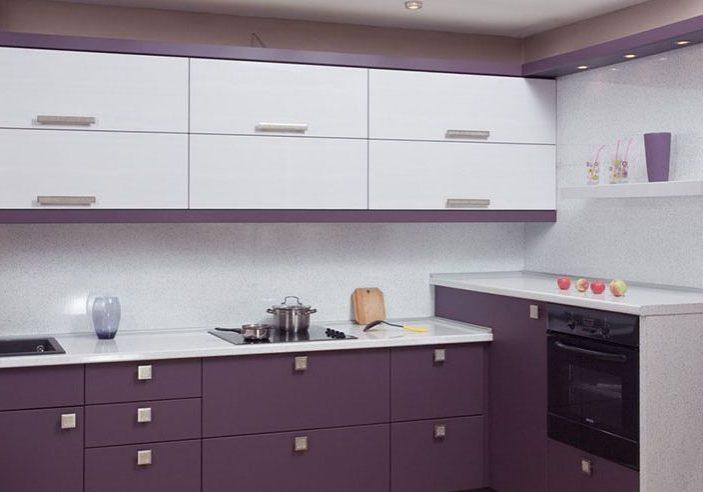 Угловая красно-белая кухня, матовая, фиолетовая