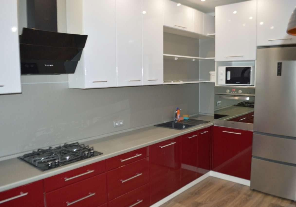 Угловая красно-белая кухня МДФ глянец