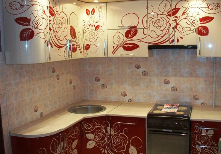 Угловая красно белая кухня с рисунком, МДФ глянец
