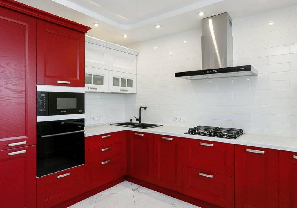 Угловая красно-белая кухня в стиле модерн, матовая МДФ шпон