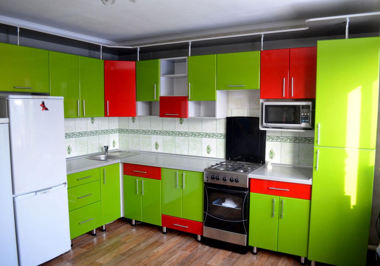 Угловая красно-зеленая кухня глянец