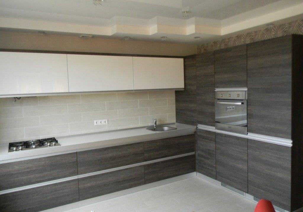 Угловая кухня белая с серым деревом
