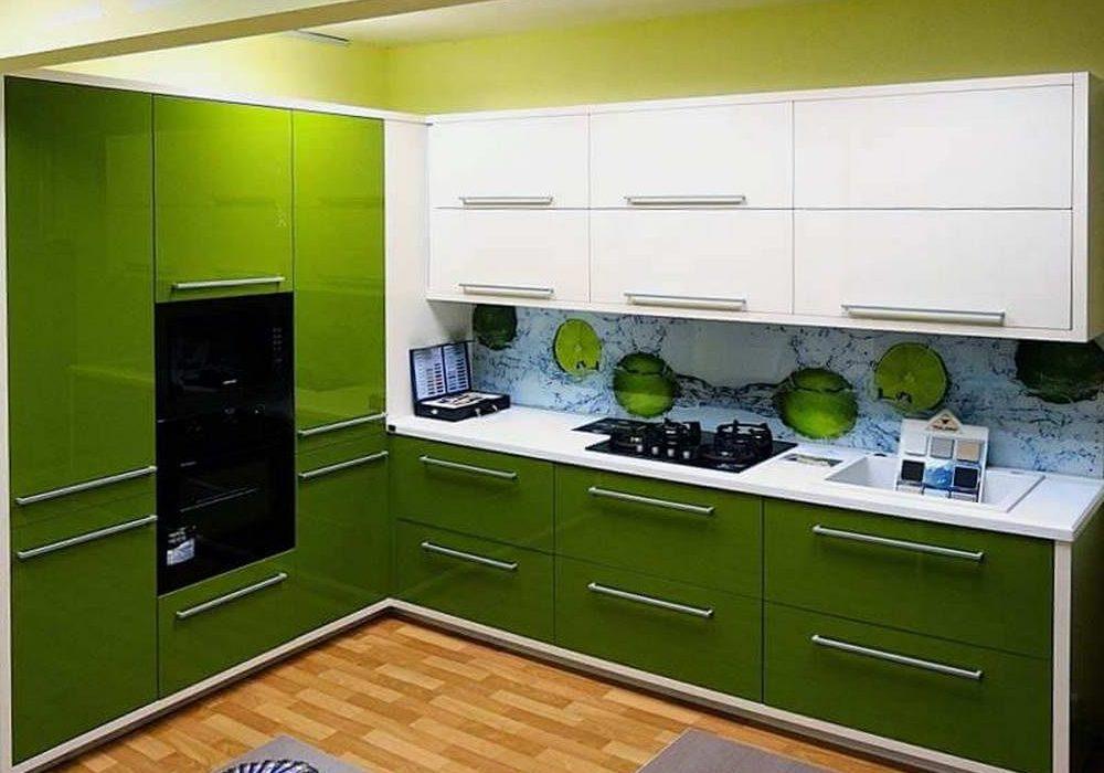 Угловая кухня бело оливкового цвета