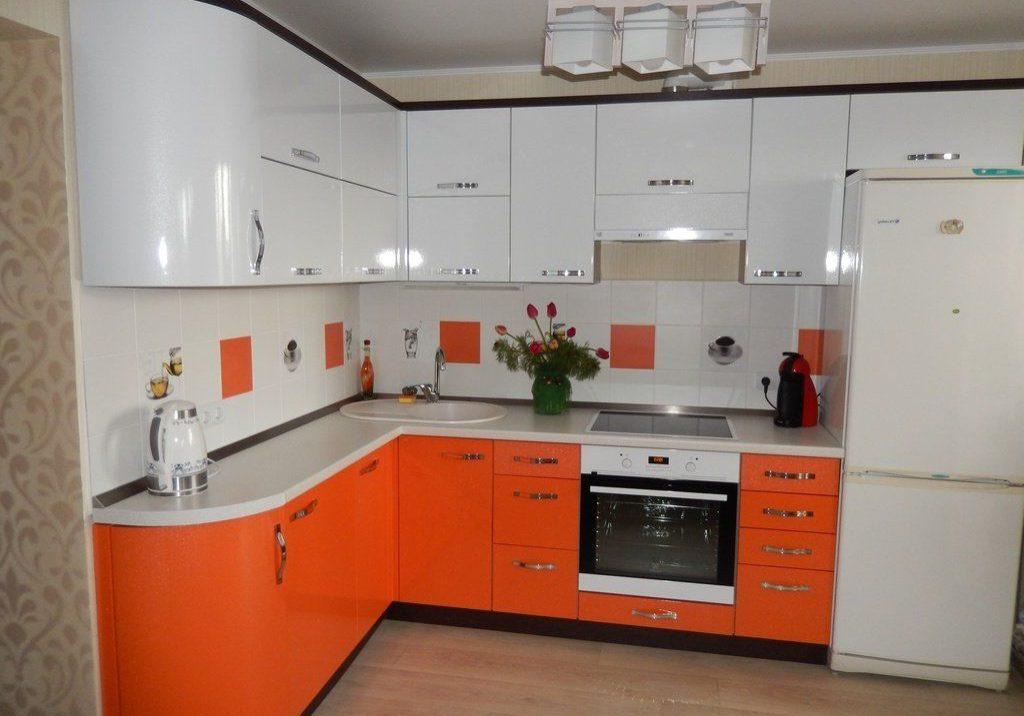 Угловая кухня бело-оранжевая глянцевая