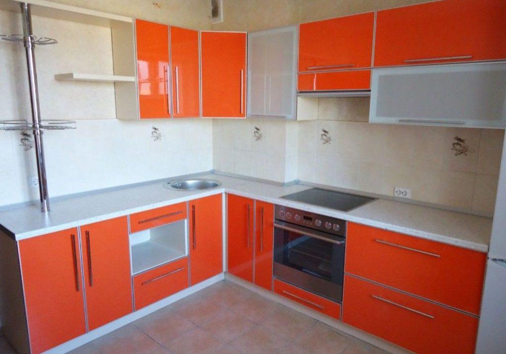 Угловая кухня бело-оранжевая глянец пластик