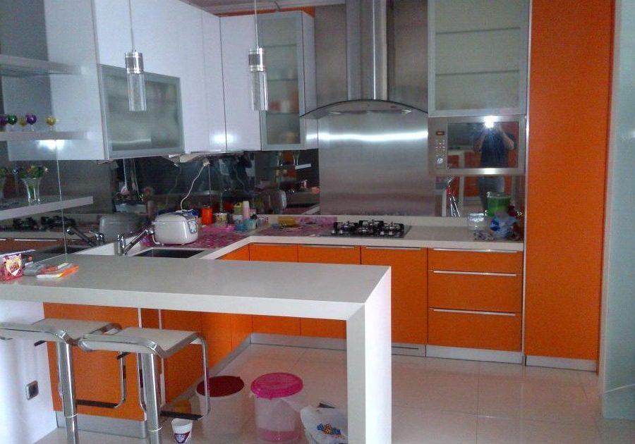 Угловая кухня бело-оранжевая матовая с барной стойкой