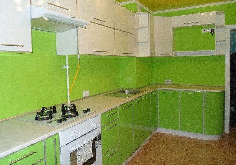 Угловая кухня бело-зеленого цвета со столешницей белого цвета