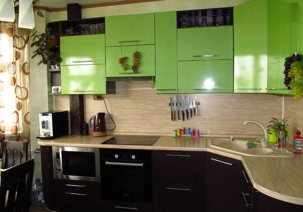 Угловая кухня для квартиры чено-зелеными фасадами МДФ пленка