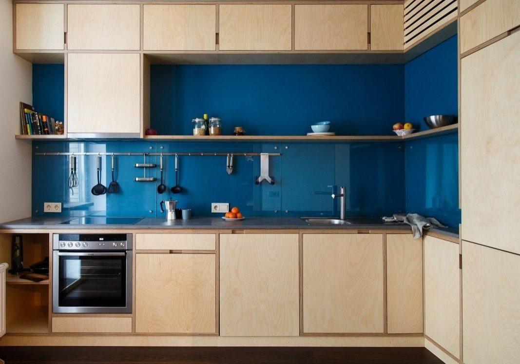 Угловая кухня из фанеры в квартиру, вид спереди