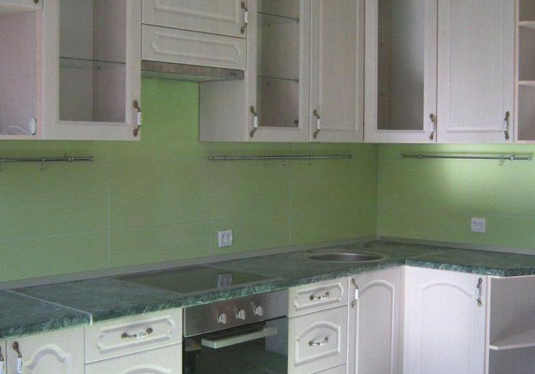 Угловая кухня классика белого цвета, МДФ пленка