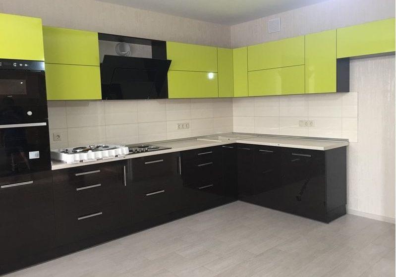 Угловая кухня лаймовая с черном