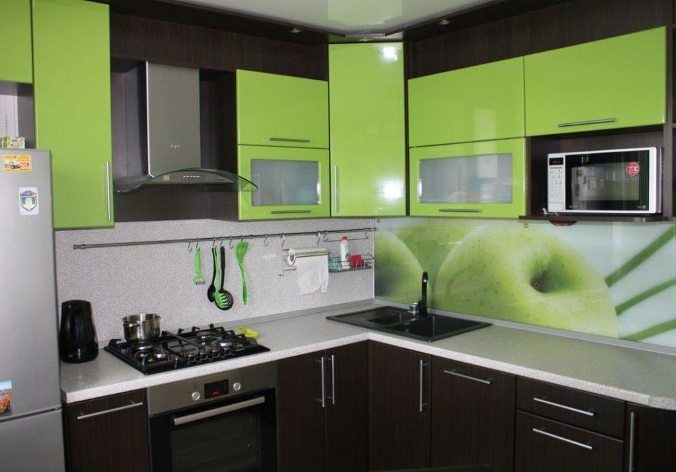 Угловая кухня МДФ пленка, фасады зеленое яблоко и венге