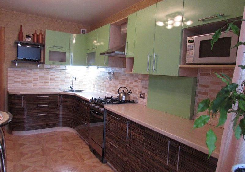 Угловая кухня МДФ пленка под дерева и зеленый цвет