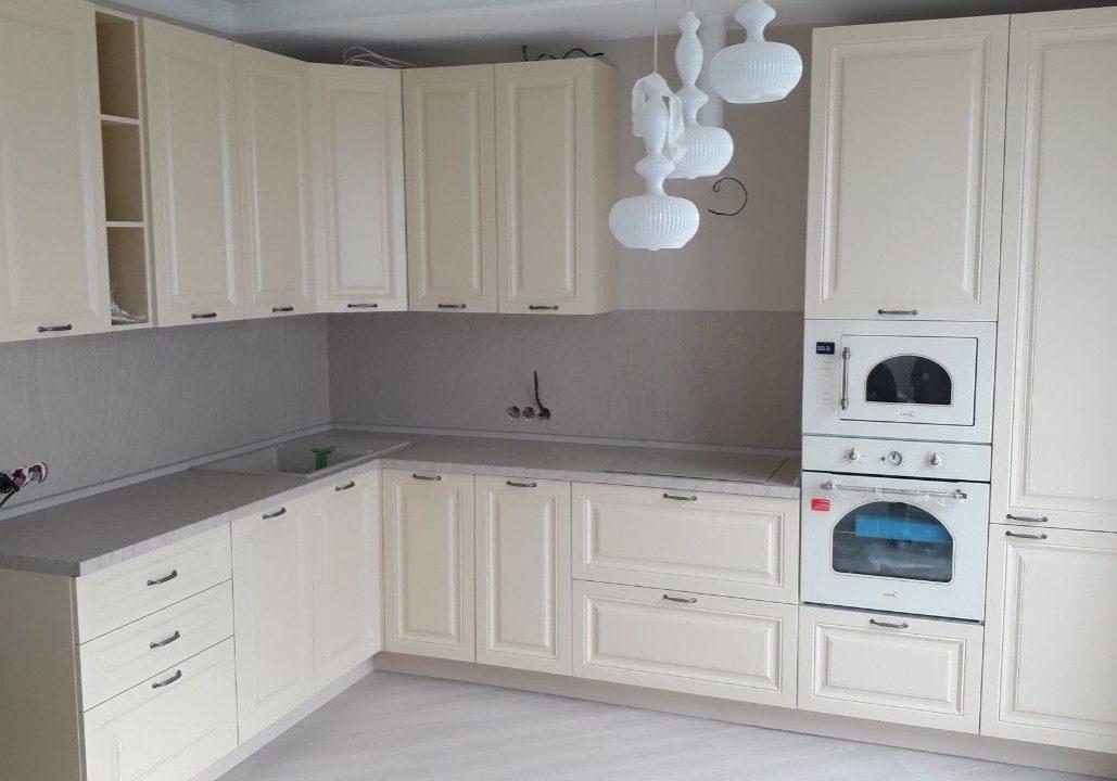 Угловая кухня модерн белого цвета