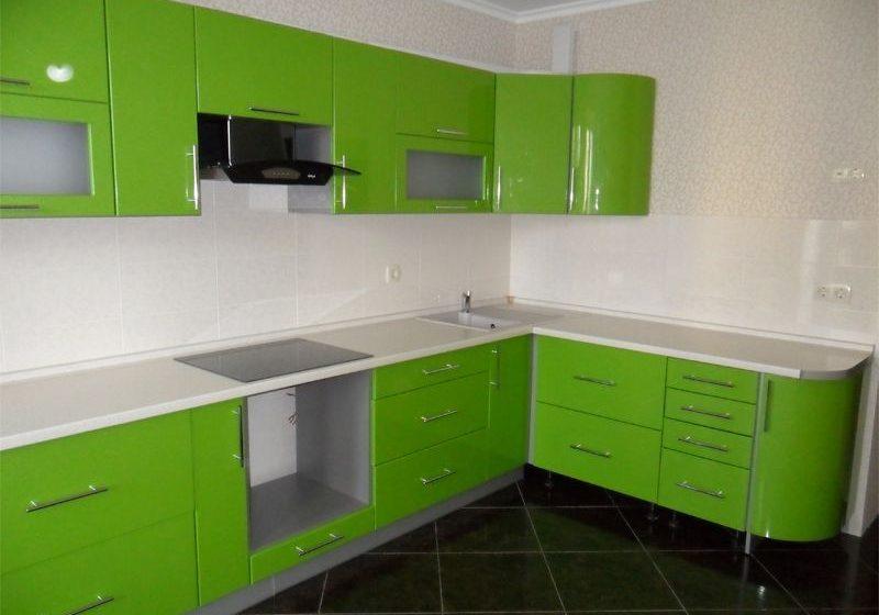 Угловая кухня модерн, с зелеными фасадами МДФ эмаль глянец
