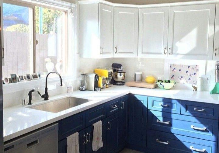 Угловая кухня под окно бело-синяя МДФ модерн