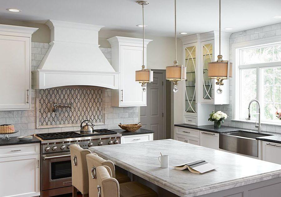 Угловая кухня под окно белого цвета с островом